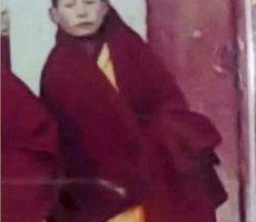 僧人洛桑次成手举达赖喇嘛法相示威后遭关押