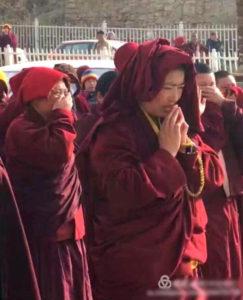 许多僧尼从西藏喇荣五明佛教学院遭驱逐,场面令人心酸