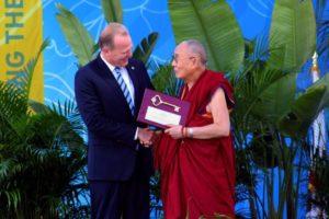 达赖喇嘛尊者在圣地亚哥向25000多名听众发表《拥抱我们的多元化世界》演讲