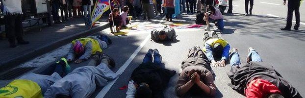 西藏抗暴59周年台北游行 磕长头、为自焚藏人默哀