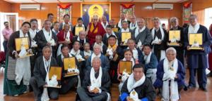 达赖喇嘛尊者表彰33名退休官员